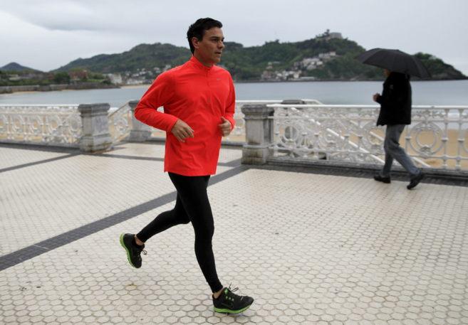 El secretario general del PSOE, Pedro Sánchez, corriendo por el paseo...