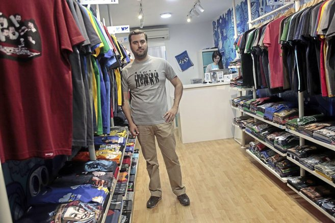 Uno de los dos fundadores, Javier Beca, en una de las tiendas de...