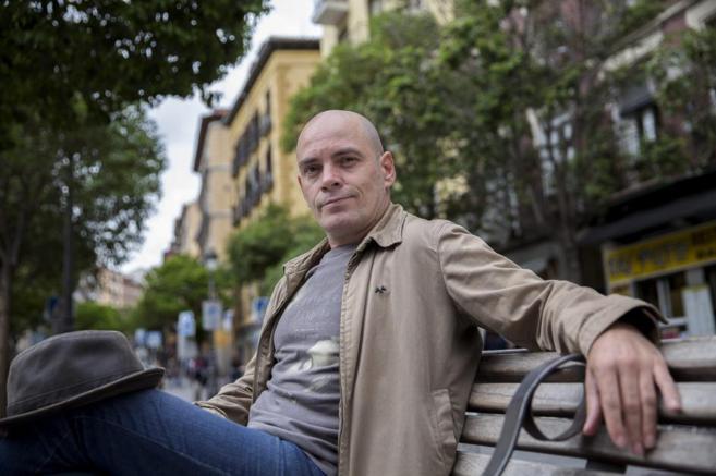 El escritor David Benedicte, en el barrio de Lavapiés donde está...