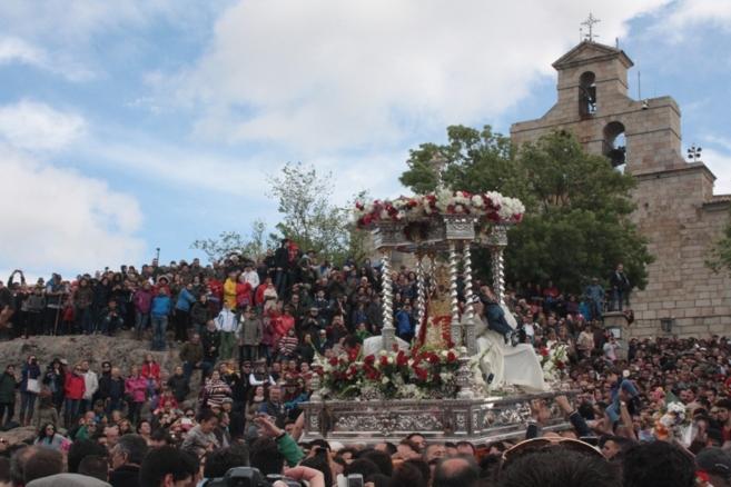 La Virgen de la Cabeza, junto a la ermita.