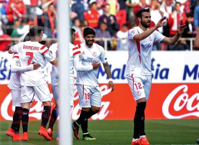 Los jugadores del Sevilla celebran el primer gol al Rayo.