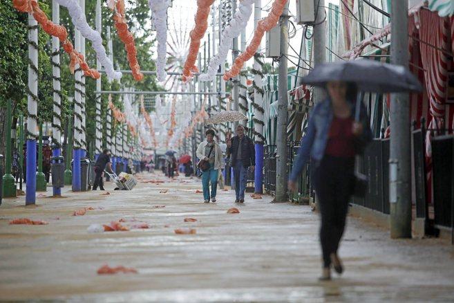 Desolador aspecto de la Feria a mediodía de ayer, casi vacía y bajo...