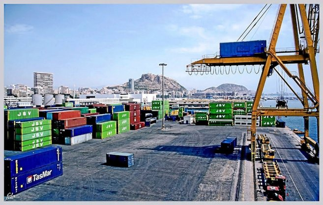 Las instalaciones del puerto donde desarrollan las labores de carga de...