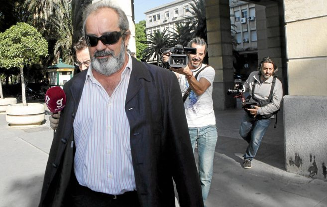 El ex sindicalista Juan Lanzas sale de los juzgados en una...