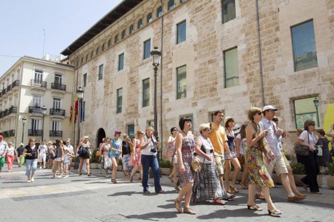 Turistas recién llegados a Valencia