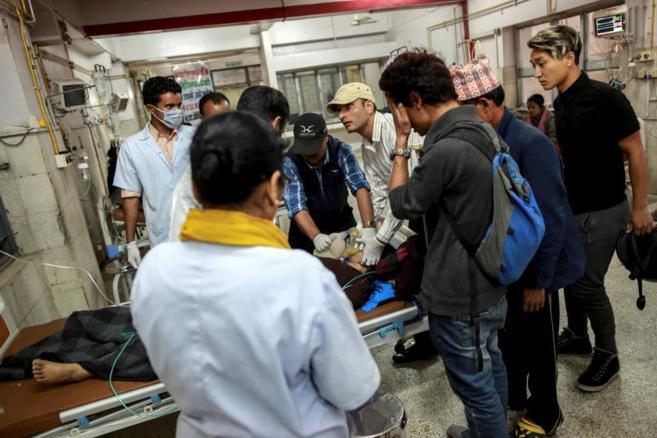 Médicos tratan de reanimar a un paciente tras el terremoto en...