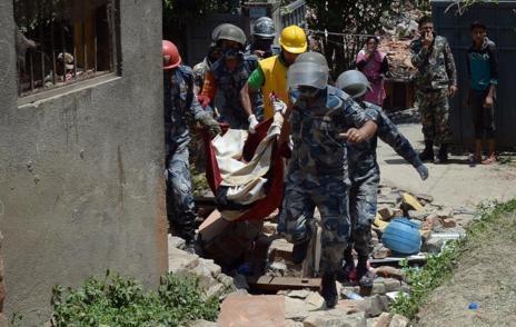Policías nepalíes retiran un cuerpo de la zona.