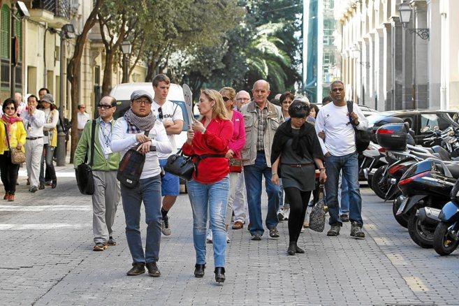 Una excursión quiada para turistas en el centro de Palma.