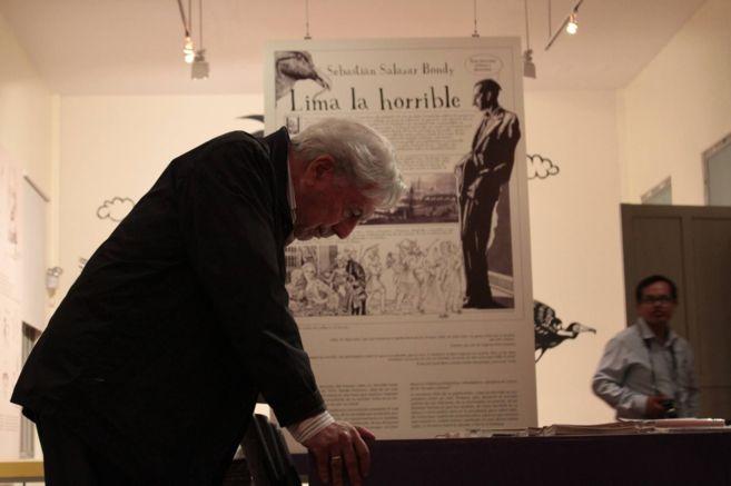 Vargas Llosa, durante su visita a la exposición sobre Salazar Brondy.