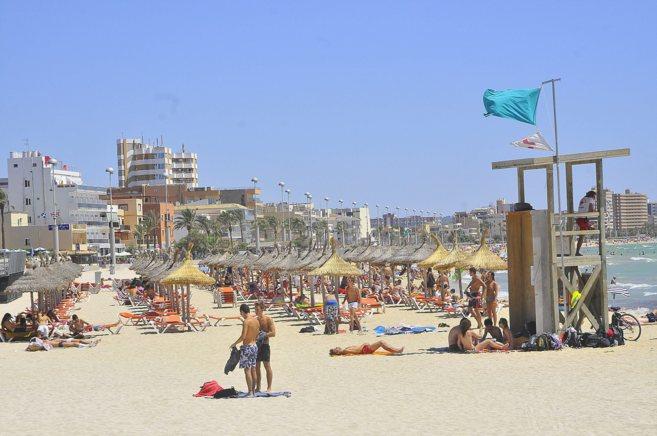 Imagen de la playa del Arenal al inicio de la temporada turística.