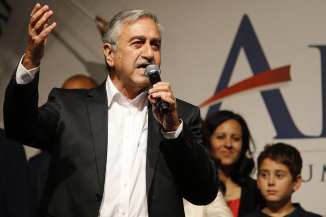 Mustafa Akinci se dirige a sus seguidores, tras ganar, en Nicosia.