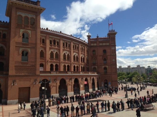 Aspecto de la explanada de Las Ventas a mediodía de este lunes.