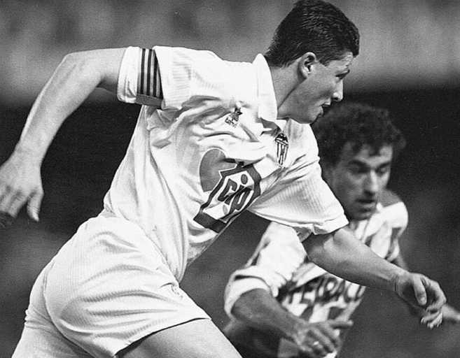 El ex jugador Lubo Penev, en su etapa en Mestalla con el brazalete de...
