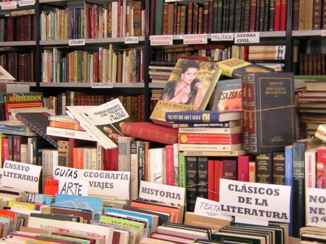 Puesto de libros de la Feria del Libro Antiguo.