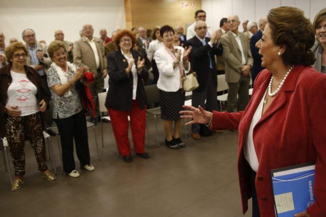 La alcaldesa se dirige a personas mayores en un acto sectorial del PP.