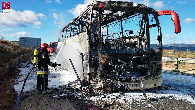 Autobús incendiado.