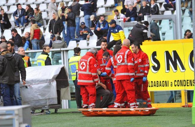 Las asistencias médicas atienden a un herido.