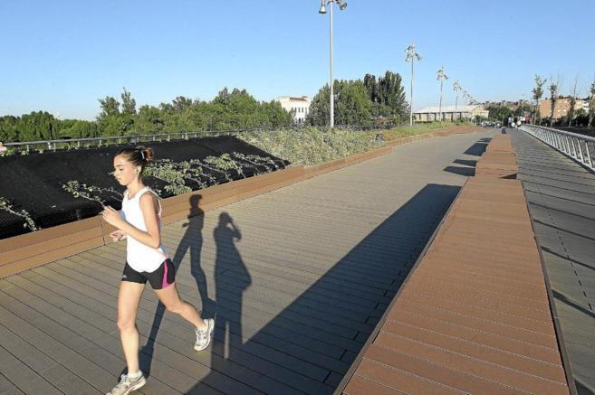 Una mujer corriendo en el puente Santa Teresa, en Valladolid.