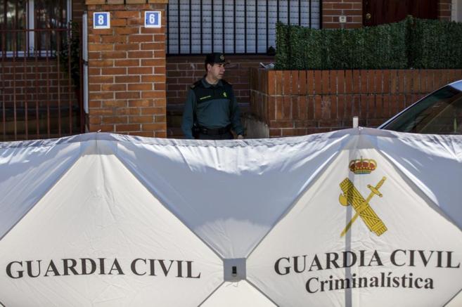 Agentes de la Guardia Civil vigilan el chalet de Majadahonda de Bruno...
