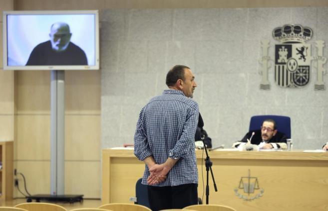 Los etarras Javier Ugarte Villar (d, de espaldas) y Jose Luis Erostegi...