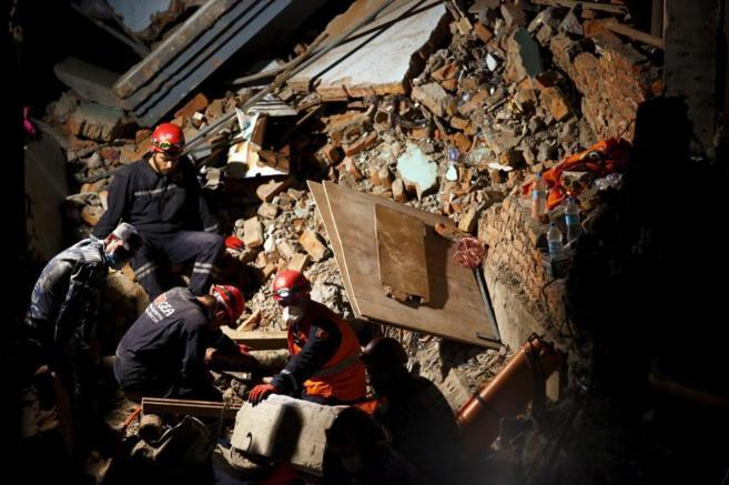 Equipos de Nepal, Turquía y China trabajan en el rescate de...