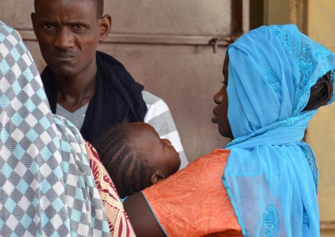 Una mujer lleva a su hijo enfermo al centro Lazaret, cerca de Niamey.