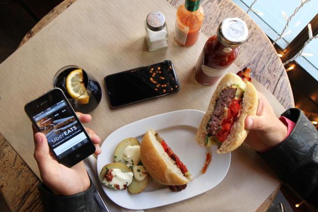 Uber lanza un servicio de comida a domicilio.