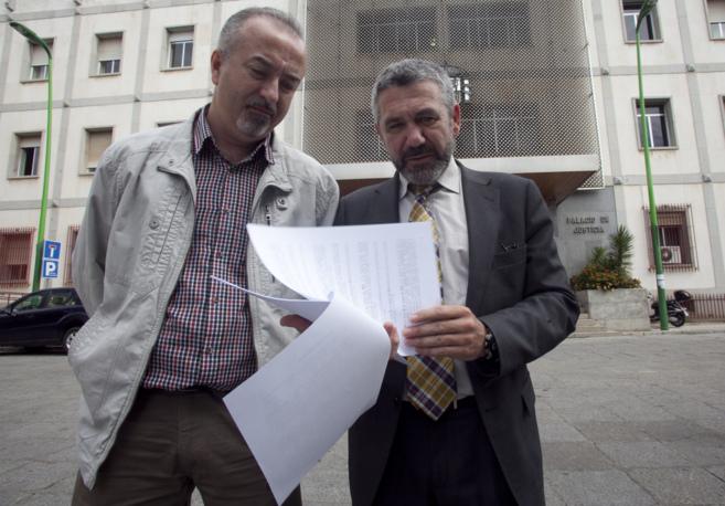 Juan Carlos Jiménez, hermano del fallecido, junto a su abogado tras...