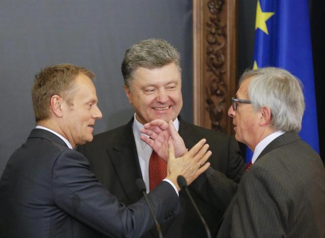 De izda. a dcha., Donald Tusk, Petro Poroshenko y Jean-Claude Junker,...