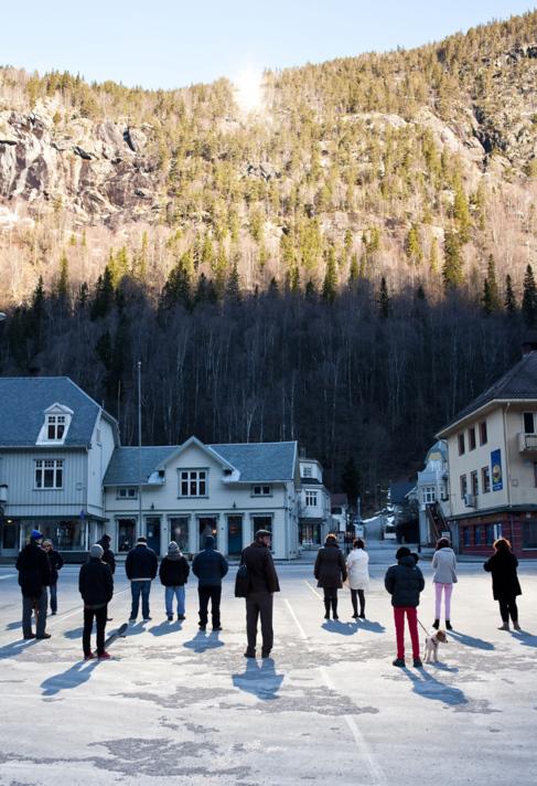 Imagen de la plaza en la que se proyecta el reflejo del sol en Rjukan
