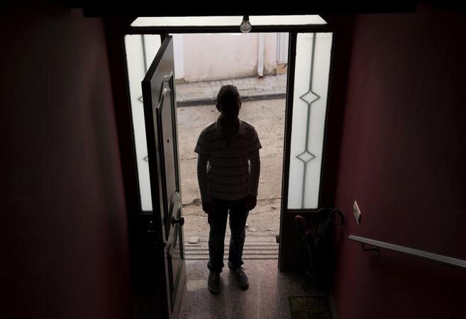 El pequeño Adrián, a la puerta de su casa en Moraleja (Cáceres)