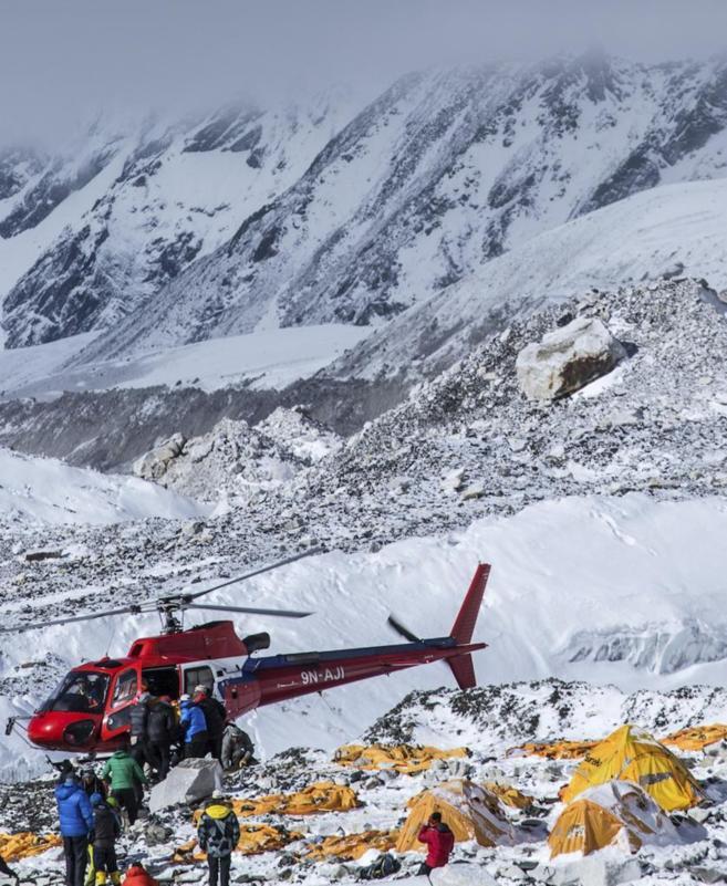 Un helicóptero de rescate, en el campo base del Everest.