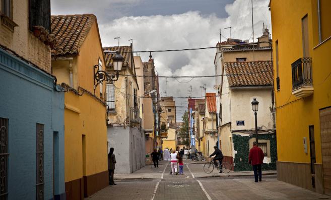 Vecinos en una calle del Cabanyal.