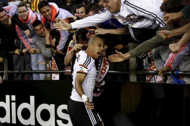 Feghouli celebra su gol con la grada del Valencia.