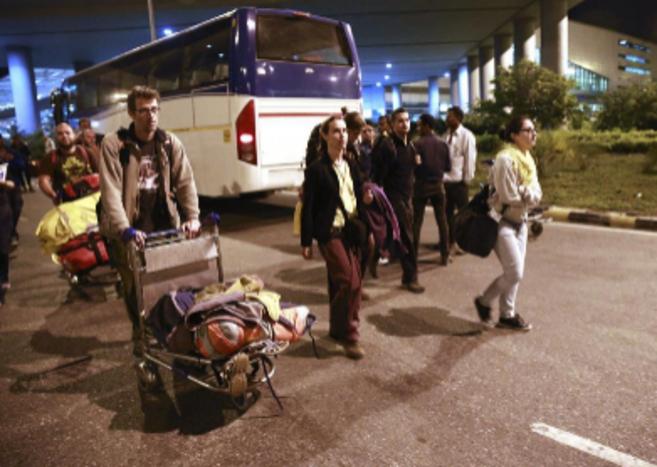 Los  37 españoles, incluido un bebé, a su llegada a Nueva Delhi.