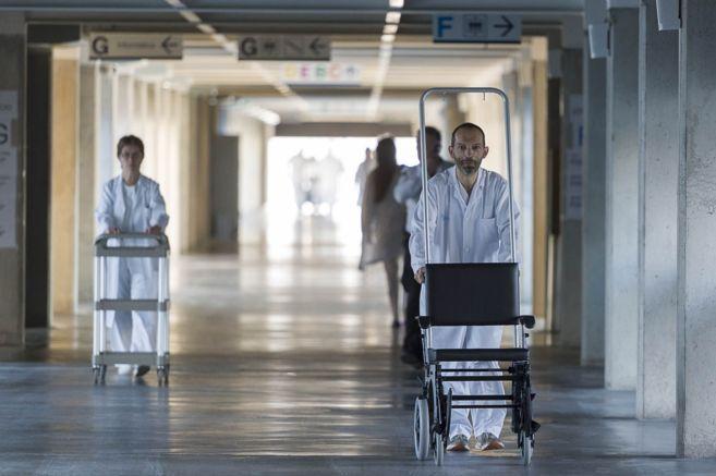 Personal sanitario de Can Misses empujando su propio material durante...