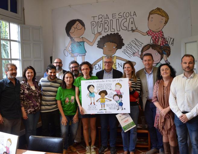 Representantes políticos y sindicales, este lunes, junto a la Fapa.