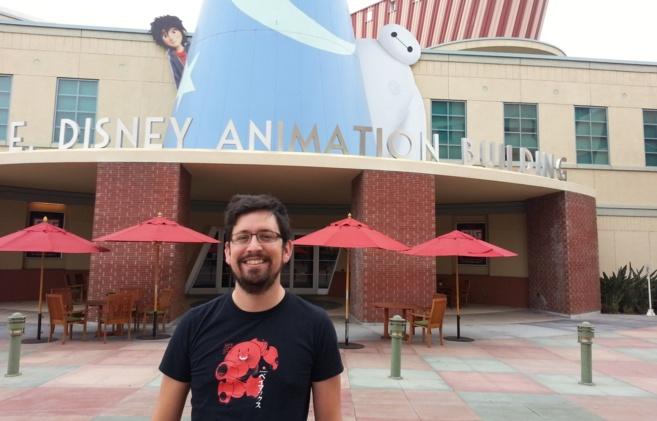 Luis San Juan Pallarés frente al edificio de Disney en California.