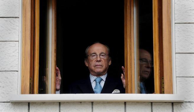 Ruiz Mateos se asoma a la ventana de sucasa de Pozuelo (Madrid)