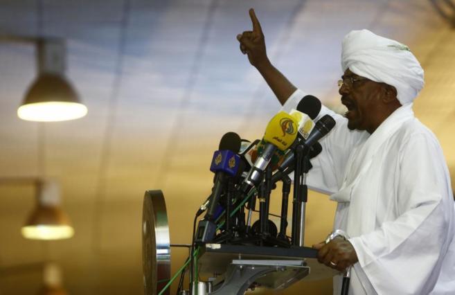 Omar Al Bashir se dirige a sus seguidores, tras ganar las elecciones,...