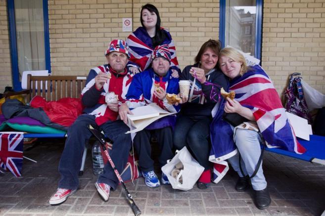 Los fans reales acampados ante el ala Lindo del hospital St Mary,...