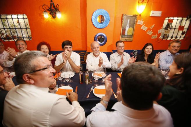 Miguel Valor rodeado por los portavoces de los diferentes grupos y los...