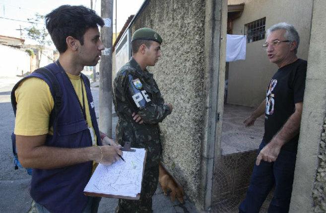 n enfermo de dengue recibe a un agente municipal de salud acompañado...