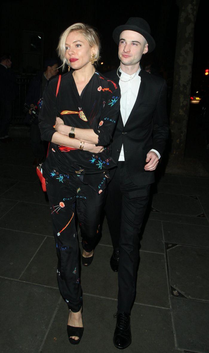 Tan estilosa como siempre, Sienna Miller (i) apoyó a su prometido Tom...