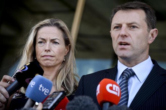 Kate McCann y su marido Gerry McCann durante una rueda de prensa en...