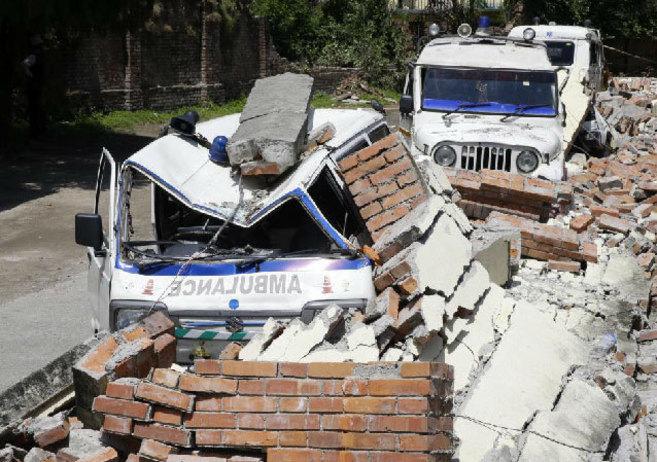Varias ambulancias permanecen sepultadas bajo los escombros en el...