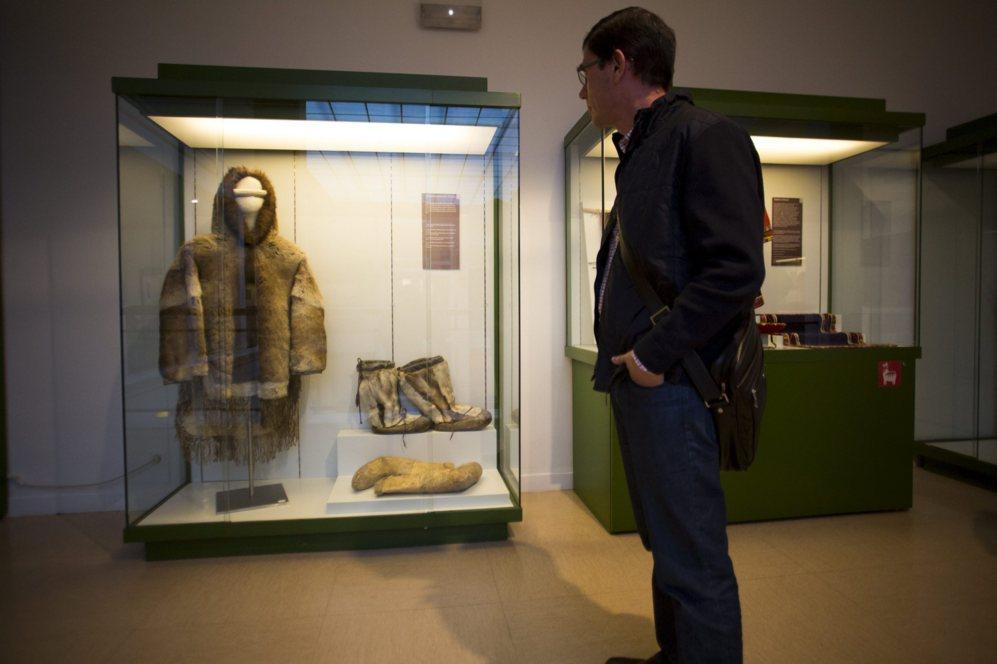 Traje y gafas para el sol de los innuits.