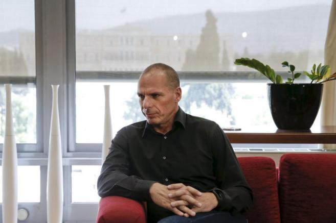El ministro de Finanzas griego, Yanis Varufakis, en su despacho.