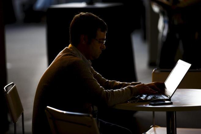 Un participante en la conferencia 'Mundo Hacker 2015' que se...