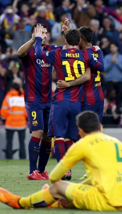 Luis Suárez festeja uno de sus goles con Messi y Neymar.